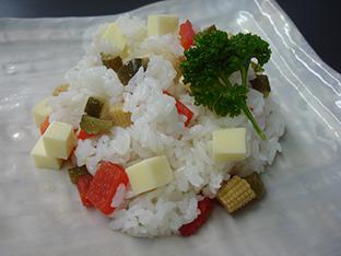 ピクルスのカラフル洋風寿司の画像