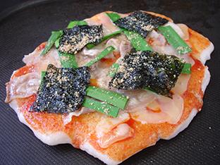 豚ニラキムチの餅ピザの画像