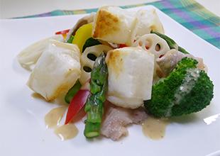 餅と温野菜のサラダの画像