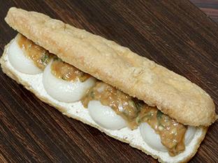 油揚げと丸餅の葱味噌バーガーの画像
