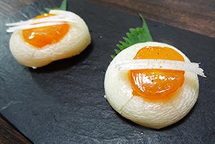 焼餅に卵黄の塩糀漬けのせの画像